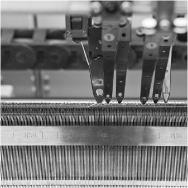 Detail einer Strickmaschine - schwarz-weiß Bild