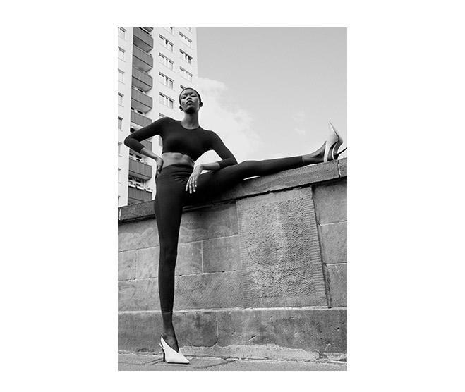 Junge Frau trägt ITEM m6 Shape Leggings für schöanke Beine