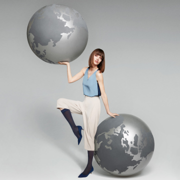 This woman with two globes symbolizes the increased travel comfort of the ITEM m6 travel stockings and tights.