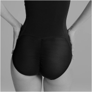 A fashion-conscious woman forms her bottom with shapewear from ITEM m6.