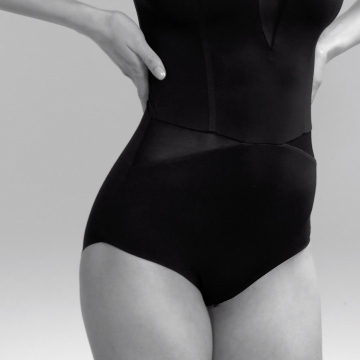 A woman shows the wearing effect of an ITEM m6 shape body.