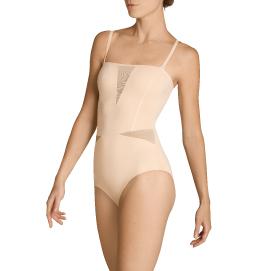 Detail einer jungen Frau mit einem Shape Body von ITEM m6